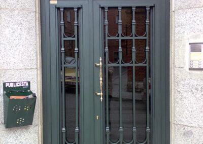 puerta de barrotes comunidad