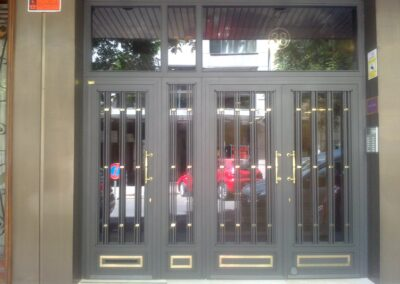 puerta de hierro para comunidad