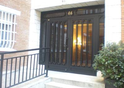puerta de comunidad con diseño